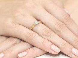 złoty pierścionek zaręczynowy z brylantem diamentem na palcu na ręce złoto żółte próba 0.585 14ct nowoczesny wzór pierścionka