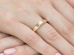 złoty pierścionek z brylantem dużym zaręczyny klasyczny nowoczesny wzór pierścionka złoto żółte próba 0.585 14K pierścionek na palcu dłoni realne zdjęcie