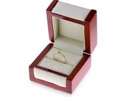 złoty pierścionek zaręczynowy z brylantem w pudełku klasyczny wzór pierścionka złoto żółte próba 0.585 14ct