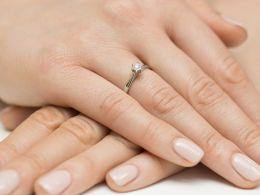 złoty pierścionek zaręczynowy z brylantem na palcu na ręce klasyczny wzór pierścionka złoto żółte próba 0.585 14ct