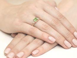 złoty pierścionek zaręczynowy z oliwinem naturalnym i brylantami złoto żółte klasyczne próba 0.585 realne zdjęcie na palcu dłoni