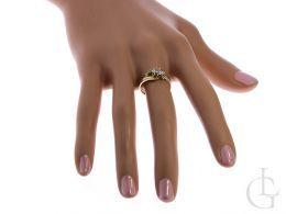 złoty pierścionek zaręczynowy na palcu pierścionki zaręczynowe złoto żółte próba 0.585 14ct