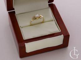 złoty pierścionek zaręczynowy w pudełku pierścionki zaręczynowe złoto żółte próba 0.585 14ct