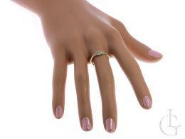 złoty pierścionek na palcu na dłoni pierścionek zaręczynowy z cyrkoniami złoto żółte 0.585 14ct
