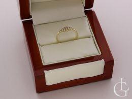 złoty pierścionek w pudełku pierścionek zaręczynowy z cyrkoniami złoto żółte 0.585 14ct