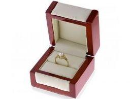 złoty pierścionek zaręczynowy w pudełku realne zdjęcie cyrkonia złoto żółte