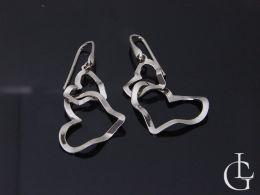 kolczyki srebrne wiszące serce serduszko serduszka serca otwarte zapięcie srebro kolczyki na uchu modelce realne zdjęcie