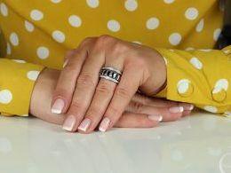 obrączka srebrna pierścionek srebrny z cyrkoniami kolorowe cyrkonie na palcu realne zdjęcia zdjęcie na modelce modelu prezent dla żony dziewczyny na walentynki rocznicę urodziny imieniny pod choinkę Mikołaja pierścionki srebrne obrączki różne wzory klasyc
