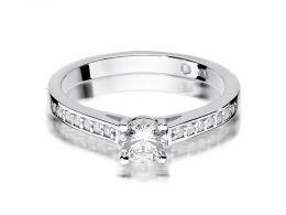 złoty pierścionek zaręczynowy z białego złota z brylantami diamentami na palcu na ręce złoto białe próba 0.585 14ct nowoczesny wzór pierścionka