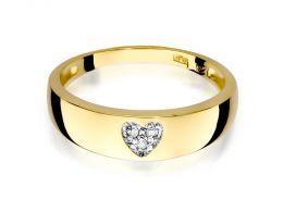 pierścionek złoty obrączka z serduszkiem sercem z brylantami diamentami na palcu realne zdjęcie na dłoni