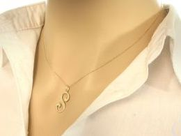wisiorek złoty zawieszka złota na łańcuszek litera S Sabina Sylwia Sonia literka inicjał prezent dla dziewczyny żony koleżanki na urodziny imieniny rocznicę zawieszki złote serduszka na walentynki pod choinkę na Mikołaja prezent