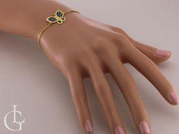 złota elegancka bransoletka damska z motylem przywieszką na ręce na nadgarstku złoto żółte szkło weneckie bransoletki złote celebrytki różne wzory