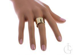 złoty pierścionek obrączka na palcu nowoczesny wzór szeroka szyna złoto żółte 0.585