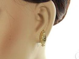 złote kolczyki na angielskie zapięcie diamentowane realne zdjęcia zdjęcie na uchu na modelce
