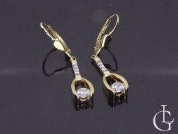 złote kolczyki wiszące długie cyrkonie na uchu realne zdjęcie