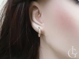 złote kolczyki na angielskie zapięcie z cyrkoniami na uchu