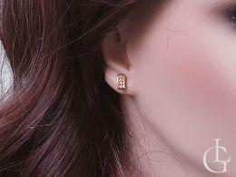 kolczyki złote przecinki  na uchu zapięcie sztyft