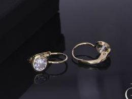 złote kolczyki wiszące z cyrkoniami złoto żółte i białe próba 0.585 prezent dla żony dziewczyny realne zdjęcie zdjęcia na uchu modelce