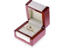 złoty ekskluzywny pierścionek w pudełku pierścionki zaręczynowe żółte złoto próba 0.585 14K
