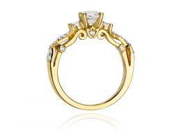 ekskluzywny złoty pierścionek zaręczynowy  z brylantami z klasycznego żółtego złota próba 0.585 pierścionek na palcu dłoni realne zdjęcie zdjęcia prezent dla żony dziewczyny na rocznicę