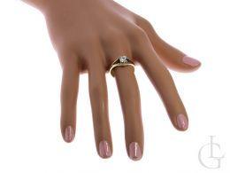 złoty pierścionek na palcu zaręczyny pierścionki zaręczynowe złoto żółte próba 0.585 14K cyrkonie