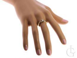 złoty pierścionek zaręczynowy na palcu pierścionek z brylantem diamentem złoto żółte klasyczne wzór próba 0.585 14ct