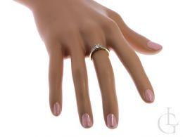 pierścionek złoty ekskluzywny na palcu na dłoni złoto żółte próba 0.585 14ct
