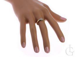 pierścionek złoty zaręczynowy na palcu na dłoni złoto żółte próba 0.585 14ct