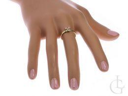 złoty pierścionek z motylkiem z motylem na palcu