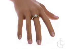 złoty ekskluzywny pierścionek na palcu