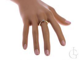 pierścionek zaręczynowy na palcu na dłoni klasyczny wzór jeden centralny kamień zaręczyny złoto żółte próba 0.585 14ct