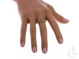 złoty pierścionek na palcu korona kwadrat cyrkonie złoto żółte próba 0.585