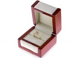 złoty pierścionek w pudełku korona kwadrat cyrkonie złoto żółte próba 0.585