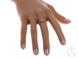 pierścionek złoty zaręczynowy na palcu na dłoni duża cyrkonia klasyczna złoto żółte próba 0.585