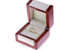 złoty pierścionek zaręczynowy z brylantem w pudełku diamentem nowoczesny wzór design złoto żółte próba 0.585 realne zdjęcie foto