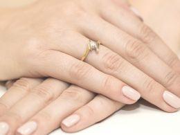 złoty pierścionek zaręczynowy z brylantem diamentem na palcu na dłoni nowoczesny wzór design złoto żółte próba 0.585