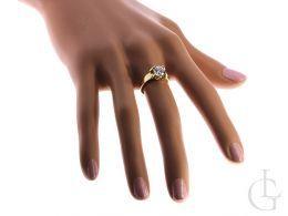 pierścionek zaręczynowy na palcu duży kamień złoto żółte próba 0.585 14ct