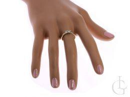 pierścionek zaręczynowy na palcu złoto żółte dwie cyrkonie elegancki pierścionek złoty na zaręczyny