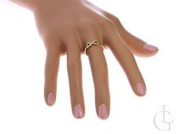 złoty pierścionek ze znakiem nieskończoności na palcu na dłoni znak nieskończoności cyrkonie złoto żółte
