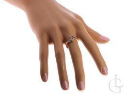 pierścionek na palcu złoty pierścionek zaręczynowy z ametystem i brylantami złoto żółte 0.585 14 karatowe