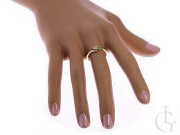 złoty pierścionek na zaręczyny na palcu na dłoni złoto żółte próba 0.585 14ct