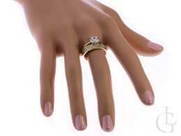 złoty pierścionek podwójny obrączka z cyrkoniami na palcu na dłoni złoto żółte próba 0.585