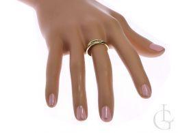 obrączka złota pierścionek na palcu