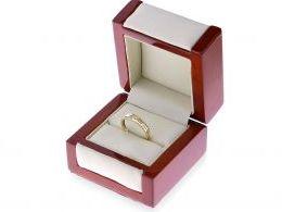 pierścionek złoty obrączka z cyrkoniami w pudełku