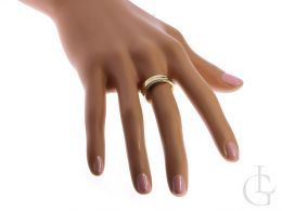 pierścionek na palcu złoty pierścionek damski nowoczesny wzór brylanty złoto żółte 0.585 14 karatowe biżuteria złota damska