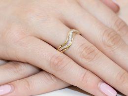 złoty pierścionek z brylantami z diamentami na palcu na ręce obrączka złota brylant diament złoto żółte próba 0.585 14ct