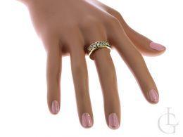 złoty ekskluzywny pierścionek z cyrkoniami na palcu na dłoni złoto żółte próba 0.585