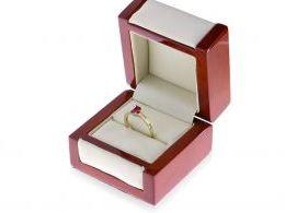 złoty pierścionek z rubinem i brylantami w pudełku realne zdjęcie pierścionek zaręczynowy na prezent zaręczyny
