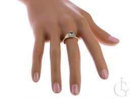 złoty pierścionek sygnet z topazem niebieskim kamieniem na palcu na ręce złoto żółte próba 0.585 14K