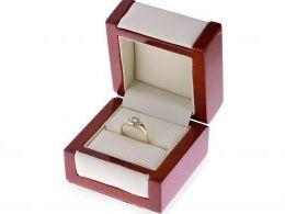 złoty pierścionek sygnet z topazem niebieskim kamieniem w pudełku złoto żółte próba 0.585 14K
